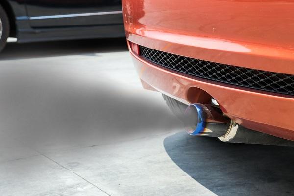 Fumée echappement voiture
